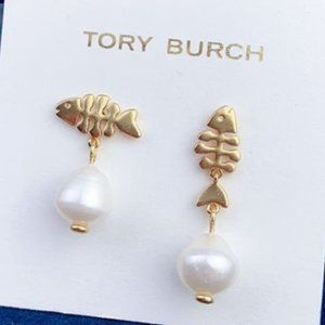 🍃Tory Burch Asymmetric Small Fish Pearl Earrings